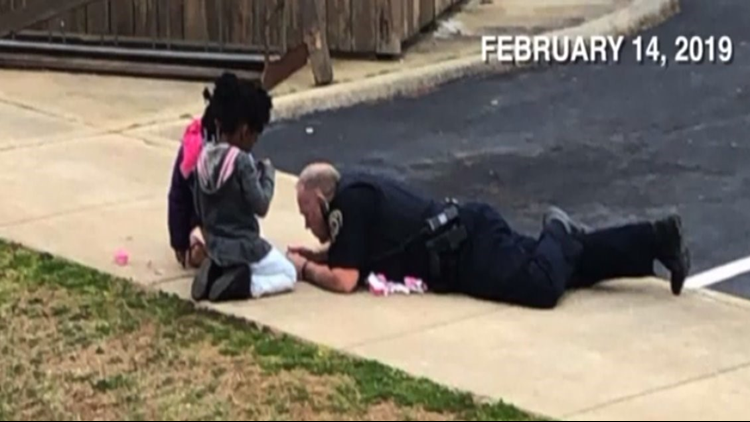 Police officer 'steals hearts' after playing dolls with little girls