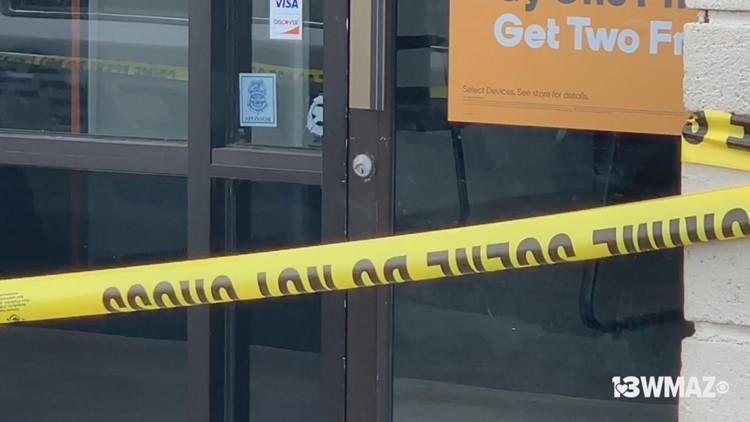 Armed man robs Warner Robins phone store